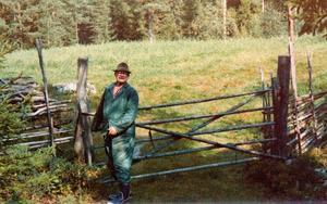När Ernfrid Larsson – här vid sin havrelycka i skogshemmanet Lastomberg, där tiden stod närmast still – på sin ålders höst flyttade till närmaste elektrifierade samhälle var det med stor stolthet...