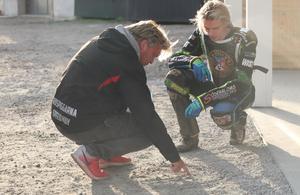 Rospiggarnas lagledaren i Rospiggarna Mikael Teurberg fanns under matchen med som stöd för Emma Asplund Nyrén. Här visar han Robin Norman hur han bör försöka köra på banan.