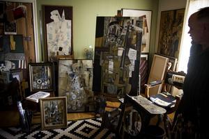 Anders Thomasson har sin ateljé i ett hörn av det stora vardagsrummet i huset utanför Älvkarleby.