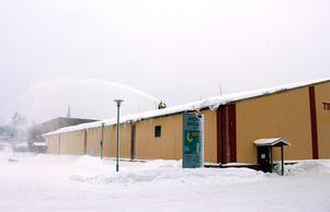 Takskottning med snöslunga på Timrå Tennisstadion.