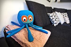 Färgklick. Bläckfisken är både lekvänlig och lyser upp soffan i vardagsrummet.