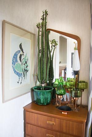 Överallt har Malin skapat vackra blickfång med teakmöbler, prydnadssaker, konst och krukväxter.