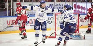Anton Karlsson jublar efter sitt mål i första kvalmatchen mot Mora. Men någon fortsättning i Leksand blir det inte.