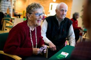 Notisen i tidningen är en viss sporre, säger Ingrid Buske, som varit med längst i föreningen. Har hennes namn inte synts på ett tag kan hon få frågan om hon slutat spela bridge.