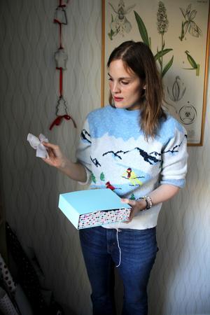 I en hylla i köket samlar Jessica Forslings återvändbara material som hon och barnen sedan pysslar med. I år slår hon in alla julklappar med återvunna material och saker.