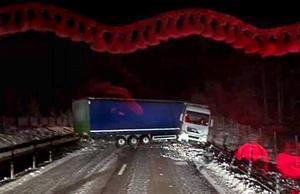 Lastbilen blev stående tvärs över de två filerna i norrgående körriktning. Bild: William Lind