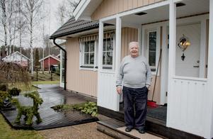 Seppo på trappan till huset på Eriksborg där han och hustrun bott sedan snart 18 år tillbaka.