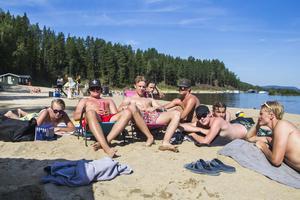 Kevin Rosdal och Lukas Jonsson njuter av sommarlovet tillsammans med kompisarna.