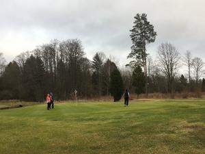 Det är grönt på golfbanan och tävlingen lockade 144 personer från hela Mälardalen.