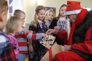 Tomten kom och delade ut godispåsar till barnen.