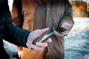 Just nu driver Bo Ekander och Stefan Hallberg sina affärer över sina mobiltelefoner men berättar att mobilnätet ute på Ilsholmen är instabilt vilket gör det något svårare att arbeta därifrån när den fasta telefonen ligger nere.
