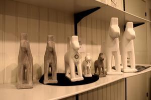 Dalahästar i cement har blivit en av Dorres storsäljare i butiken.