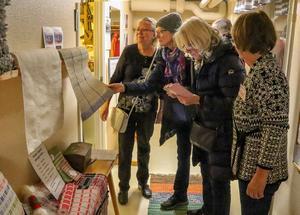 Gun-Britt Backén, Ingalill, Gunilla Nygårds och Alice Gudmundsson tittar intresserat på de många vackra alster som skapats i Gagnefs vävstuga under de 20 år den existerat. Foto: Mats B Jansson.