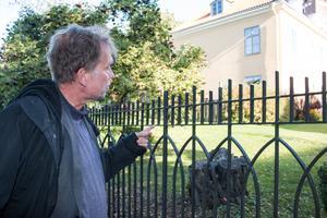 Mikael pekar på rummet i biskopsgården där han tillbringat timtals med bolljonglering.