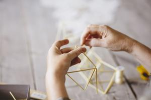 Att bygga himmeli är rogivande, tycker Eija Koski.