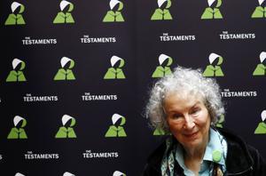För Margaret Atwood är dystopin och utopin varandras förutsättningar. På en presskonferens i London berättar hon om uppföljaren till