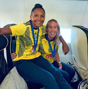 Madelen Janogy och Julia Roddar med landslagströjor på och VM-bronsmedaljen runt halsen.