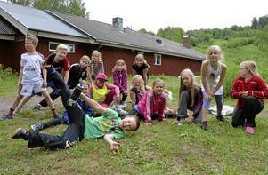Lärkemaran. Efter motionsslingan fick eleverna på Lärkesskolan leka och spela boll vid Digerberget. Därefter åt de matsäck och hade prisutdelning. Här poserar några av skolans elever efter löpningen.