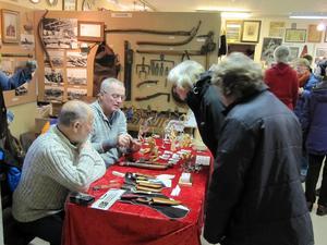 I år kunde man på marknaden köpa handgjorda knivar, yxor,  handgjorda figurer i såväl metall som trä