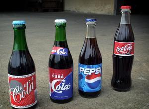 Cuba Cola har länge fört en tynande tillvaro men är faktiskt Sveriges första coladryck, lanserad tre månader före Coca-Cola. Så här såg den klassiska glasflaskan ut 2001. Foto: Ove Danielsson/arkiv