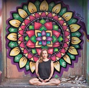 Även här är Isabelle i Australien där hon arbetade som yoga instruktör. Foto: Privat