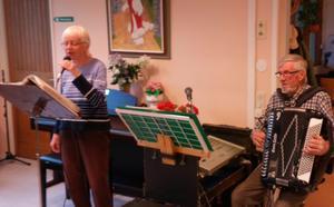 Karin och Bure framförde välkända låtar. Foto: Roland Norrman