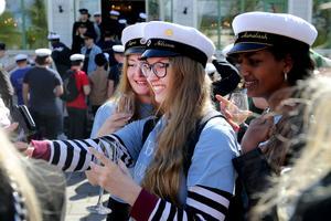 Många studenter passade på att selfies av varandra iförd mössa.