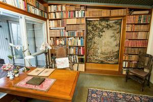 Bakom vardagsrummet finns bibliotek där Birgittas pappa Åke även jobbade ibland. Han drev skofirman AP Hallqvist.