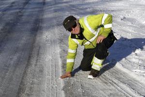 När Anders Johansson ska möta en lastbil måste han hålla så mycket till höger som det går och då måste han klättra upp på iskanten med hjulen.
