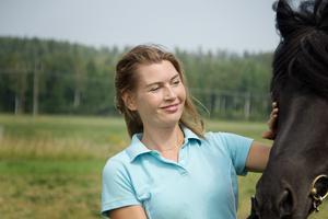 Mailinn har bott på hästgården i Stora Skedvi i sju år och sedan 2013 har hon haft hand om ett stort antal islandshästar. Under sina år på gården har hon aldrig upplevt en sådan värme och torka som årets sommar.