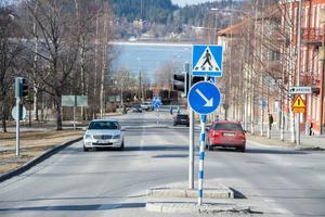 Gränsgatan/Kyrkgatan är en av stans stora flaskhalsar där bussarna skulle behöva signalstyrning för att ta sig fram lättare.