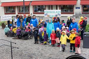 Förskolorna Elefanten och Arenan firade förskolans dag med en maskeradparad.
