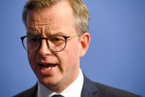 Näringsminister Mikael Damberg (S), drömmer om att splittra Alliansen och om samarbete med C. Bild: Fredrik Sandberg/TT