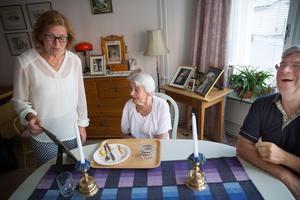 Ullas kommentarer om sitt eget bröllopsfoto lockar fram skratt i rummet. Men tanken på att Ulla först hänvisades till Tumba gör barnen Lena och Clas-Göran ledsna.