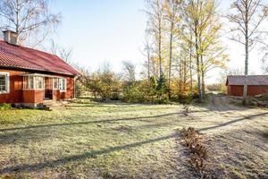 Tomten med torpstugan ligger intill Hjälmaren. Foto: Svensk fastighetsförmedling