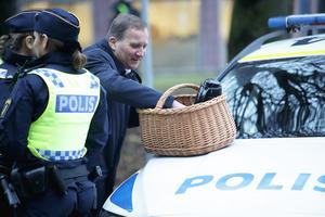 Statsminister Stefan Löfven (S) fikade med Malmöpolisen under ett besök i staden den 19 november. Foto: Adam Ihse/TT