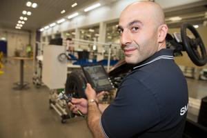 Dikran Koc är metodingenjör på serviceavdelningen i vanliga fall. Men han hoppar även in på som medarbetare på Smart factory. Här scannar han in en servicepunkt med paddan och kan se direkt vilket verktyg han ska använda vid ett servicearbete i stället för att stå och bläddra i en tjock manual.