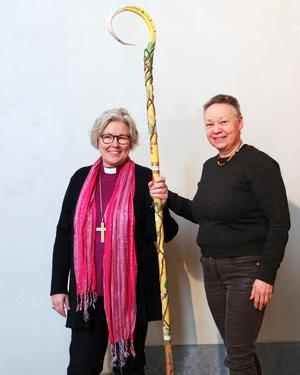 Biskop Eva Nordung Byström och konsthantverkaren Birgitta Ricklund.