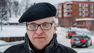 Patrik Gustavsson (M) ställer sig kritik till att S, V, C-majoriteten skärper reglerna för privata hemtjänstbolag.