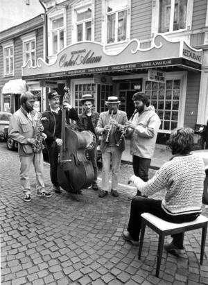 På bilden delar av det 15 man starka storbandet Hâttgâbban. Under Yran spelade de på den dansbana som byggts upp vid krogen Onkel Adam (där numera restaurangen Vezzo ligger).
