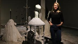 Sara Möller visar installationen