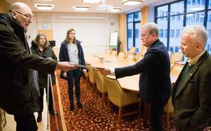 Tomas Östling, ordförande i Hyresgästföreningen i Västerås, överlämnar protestlistor med 750 namnunderskrifter till kommunstyrelsens ordförande Anders Teljebäck (S) .På bilden ses också Karin Enblom och Terese Sandberg från Hyresgästföreningen och Lars Kallsäby (C).