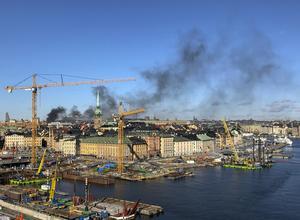 Den svarta röken över centrala Stockholm under söndagsförmiddagen.