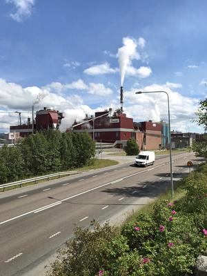 Mondis fabrik dominerar bilden av Väja-Dynäs. Det är ortens enda kvarvarande industri.