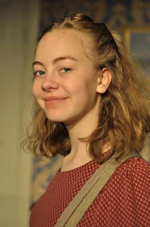 Flora Fridman är Elvira Gilles andra huvudroll som barnskådespelare på Lerbäcks teater. Pressbild.