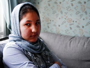 Aliya Karim är snart 13 år och har inte haft chansen att gå i skola förrän hon kom till Sverige i våras. Nu sätter problemen med att hitta en tolk käppar i hjulen och Aliya blir sittande hemma i villan i Iggesund.