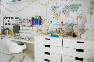 I pysselrummet finns allt en pysslare i tre-års ålderns behöver. Förvaringssystemet ovanför skrivbordet kommer från Ikea.