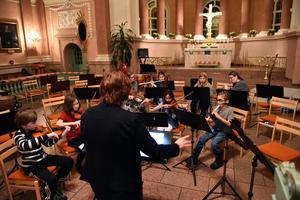 Verf Lena Egardt leder musikerna framåt.