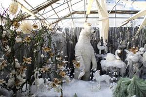 En 3,5 meter hög isbjörn ståtar i ett vitt sagoland.