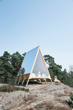 Fyra stugor stugor med namnet Nolla Cabin ska uppföras på Lidö. Samtliga ska drivas helt av solceller. Det kommer även finnas andra boenden för större sällskap som hela familjer. Bild: Zero vacation/pressbild
